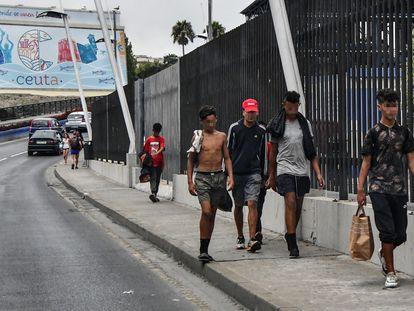 Menores deambulan por Ceuta este jueves.
