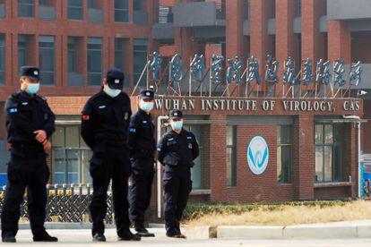 Varios vigilantes de seguridad, en febrero, en la entrada del Instituto de Virología de Wuhan.