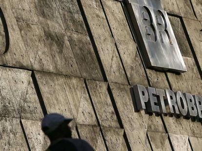 Foto de archivo del logo de la petrolera brasileña Petrobras en la fachada de la sede de la compañía en Río de Janeiro (Brasil).