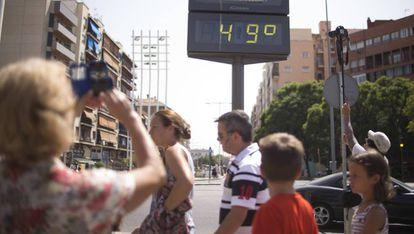 Un termómetro, en agosto de 2016 en la plaza de Armas, en Sevilla.