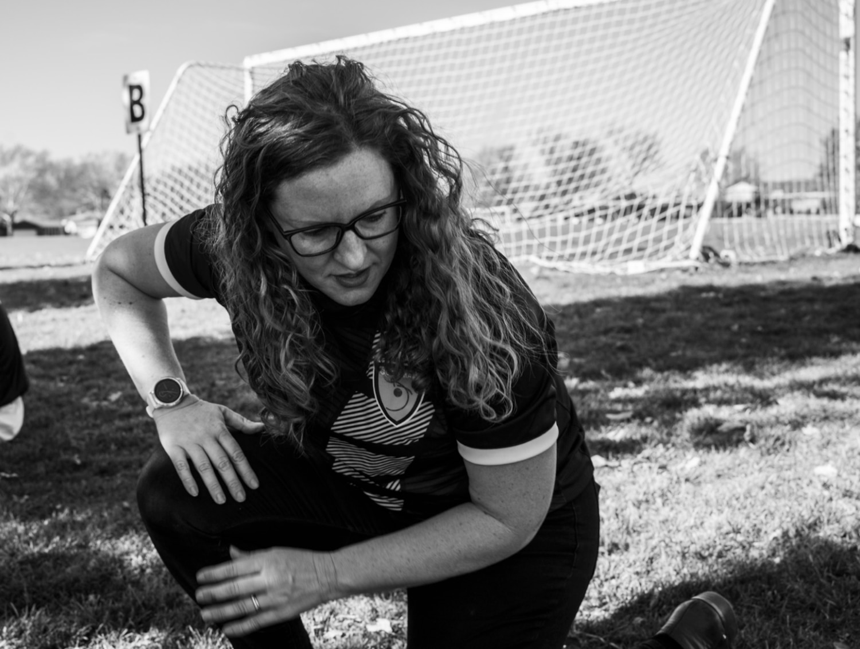 Becky Morales, una maestra de EL en la escuela York, durante un partido de fútbol estudiantil de fin de semana.