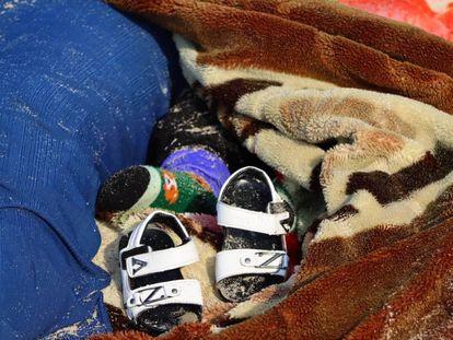 Los zapatos abandonados de uno de los menores que viajaba en la embarcación que ha naufragado frente a las costas de Libia, este jueves.