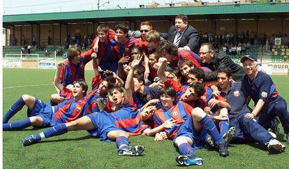 El cadete del Barça que ganó la Copa de Cataluña 2003, con Messi al frente. A su espalda, con la boca abierta, Cesc, y arriba, junto al único que lleva gafas negras, Piqué.