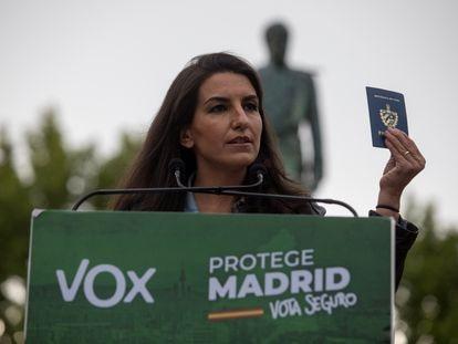Rocío Monasterio, candidata de Vox, muestra su pasaporte cubano en un mitin el pasado miércoles en Valdemoro (Madrid).