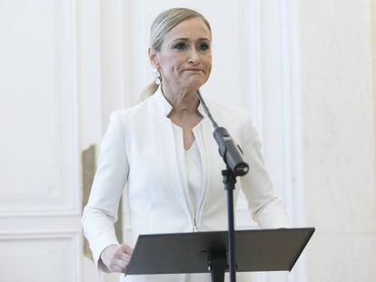 La entonces presidenta de la Comunidad de Madrid, Cristina Cifuentes, comparece en rueda de prensa para anunciar su dimisión, en abril de 2018.