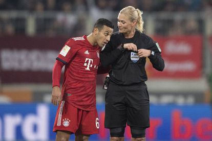 Steinhaus dialoga con Thiago durante el Augsburgo-Bayern de la Bundesliga.