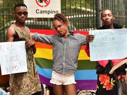 Refugiados LGBT se manifiestan delante del Alto Comisionado de las Naciones Unidas para los Refugiados en Naiorobi, el pasado 13 de mayo.