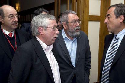 Rosell (derecha) habla con Méndez y Toxo en presencia del rector de la UIMP, Salvador Ordóñez, ayer en Santander.