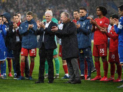 El dueño del Hoffenheim, a la izquierda, posa junto a Rummenigge y los jugadores de ambos equipos.