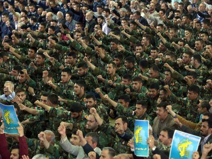 Miembros de la Guardia Revolucionaria de Irán gritan consignas contra EE UU mientras asisten este viernes de rezo, en Teherán, Irán