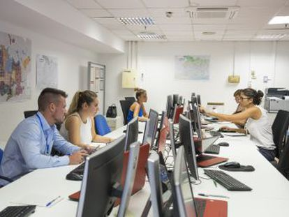 Barcelona contrata a 40 personas para buscar apartamentos de uso turístico y poder y sancionarlos