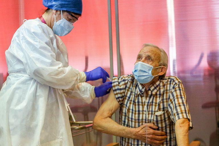 Nicanor, de 72 años, el primer hombre en vacunarse en la Comunidad de Madrid, el domingo pasado, en el primer día de vacunación contra la covid-19 en España, en la residencia pública de mayores de Vallecas.