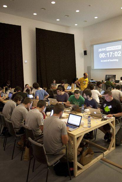 Los creadores se afanan en el Music Hack Day.