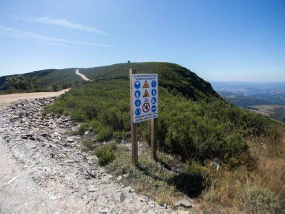 Cartel de obra del parque eólico en la sierra de O Iribio.
