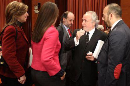 El diputado de CiU Antoni Fernández Teixidó conversa con la diputada del PP Eva García.