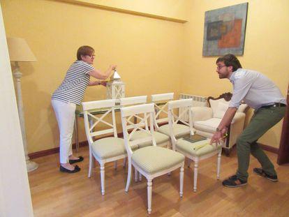Miguel Gil, de Vaciatucasa, ayuda a clasificar, medir y tasar el mobiliario en casa de una clienta.