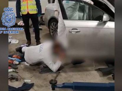 Un policía inspecciona el coche de la víctima durante la investigación.