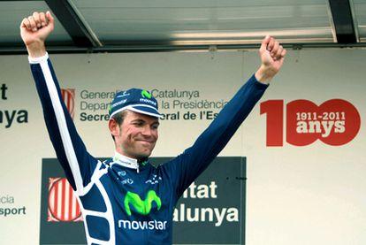 El ciclista del equipo Movistar José Joaquín Rojas levanta los brazos en el podio.