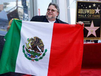 El directo mexicano Guillermo del Toro desvela la estrella con su nombre en el Paseo de la Fama de Hollywood y posa con una bandera de su país. En vídeo, las declaraciones del cineasta.