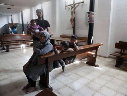 La familia Alhaj en la parroquia de San Carlos Borromeo. Pincha sobre la imagen para ver la fotogalería.