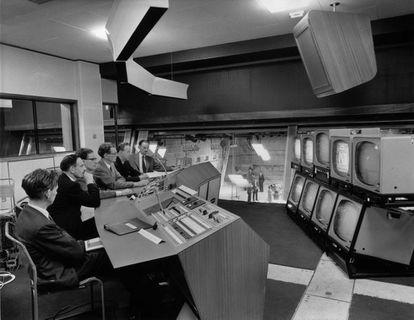 Aspecto de la sala de control de 'Studio Three' de la BBC en 1960.