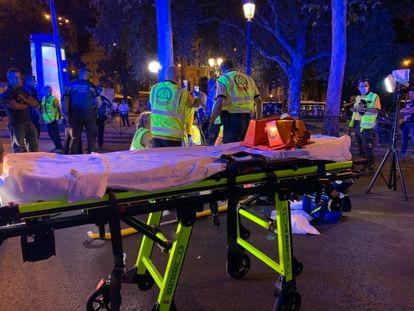 Los servicios de emergencias trabajan en un atropello en Cibeles en la madrugada del sábado en el que el conductor se dio a la fuga.