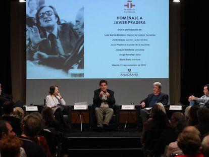 Desde la izquierda, Joaquín Estefanía, Marta Sanz, Luis García Montero, Jorge Herralde y Jordi Gracia, en la presentación del libro sobre Javier Pradera.