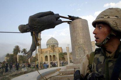 Un soldado de EE UU observa mientras se derriba una estatua de Sadam Husein el 9 de abril de 2003.