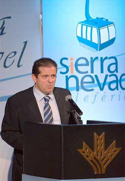 El presidente la sociedad Teleférico de Sierra Nevada SA, Juan Antonio López, durante la presentación de proyecto.
