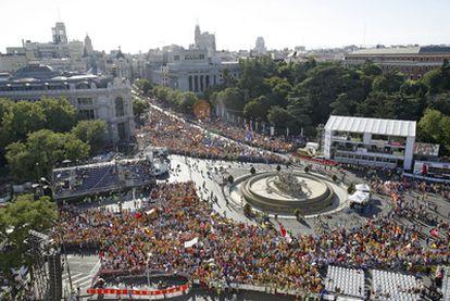 La plaza de Cibeles y el inicio de la calle de Alcalá poco antes del comienzo de la misa de bienvenida a los peregrinos celebrada ayer.