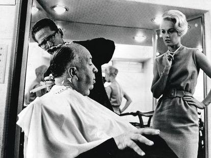 Tippi Hedren, junto a Alfred Hitchcock, en un descanso del rodaje de 'Los pájaros', en el año 1962.