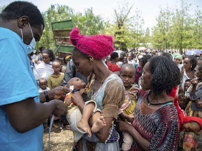 Un trabajador de Unicef mide a un niño con malnutrición en la región etíope de Tigray.