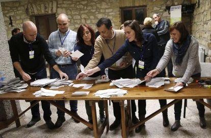 Momento del recuento de votos en la consulta de  Igeldo