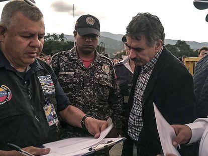 Pino García (derecha), el jueves antes de ser expulsado en Cúcuta.