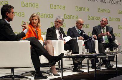 Jaime Guardiola, consejero delegado del Sabadell, María Dolores Dancausa, su homóloga en Bankinter, Javier Moreno, director de EL PAÍS, Roberto Higuera, vicepresidente del Popular, y Francisco Verdú, consejero delegado de Bankia.