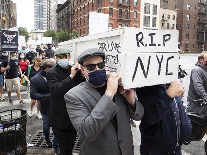 Los hosteleros neoyorquinos protestaban el lunes por las restricciones a su sector a raíz de la pandemia.