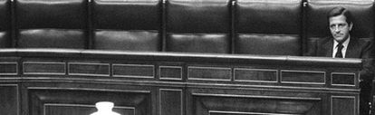 Adolfo Suárez, solo en el banco azul del Congreso de los Diputados en 1979.