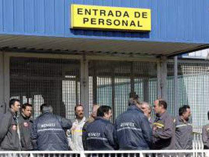 """La dirección de Renault y los representantes de los trabajadores han acercado hoy posturas en asuntos que se consideran esenciales con vistas a mejorar la competitividad, como son los costes salariales, aunque CCOO y UGT han calificado los avances de """"mínimos e insuficientes"""". EFE/Archivo"""
