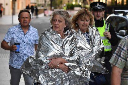 La policía acompaña a peatones en las inmediaciones del ataque de Londres, el 4 de junio.