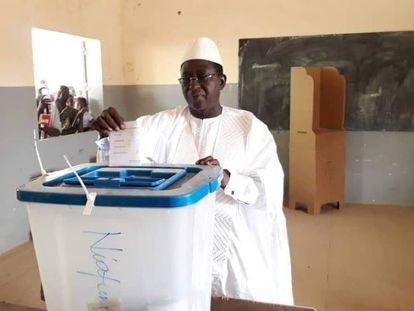 Soumaila Cisse, líder del partido opositor maliense URD, deposita su voto el 29 de julio de 2018.