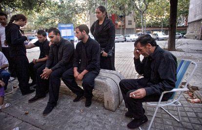 Familiares de Teresa, ayer, de luto en el barrio de Sant Roc de Badalona