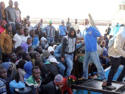 Los guardacostas libios desembarcan a un grupo de inmigrantes en Trípoli, a principios de mayo.