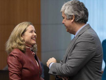 La vicepresidenta económica, Nadia Calviño, y el presidente del Eurogrupo y ministro de Economía portugués, Mário Centeno, conversan en Bruselas.