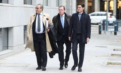 El ex consejero delegado del Banco de Valencia, Domingo Parra (centro), a su llegada el lunes a la  Audiencia Nacional.