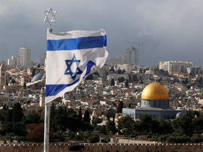 Una bandera de Israel, con Jerusalén al fondo, en diciembre.