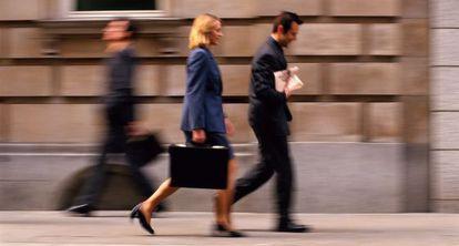 Las mujeres toman las decisiones de forma más participativa que los hombres.