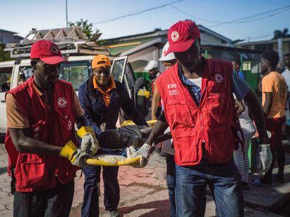 Paramédicos de la Cruz Roja atienden a víctimas del seísmo en Los Cayos, Haití, el sábado.