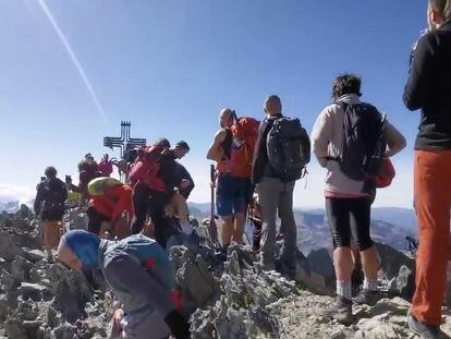 Cola de montañeros en la cumbre de la Pica d'Estats, en el Pirineo catalán, el pasado 13 de septiembre (cuenta de twitter de Alt Pirineu).