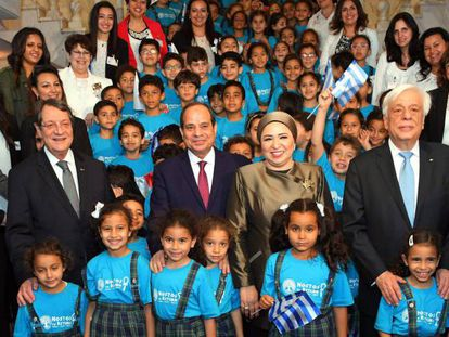 El presidente Al Sisi (centro), junto a sus homólogos griego, Prokopis Pavlopoulos (derecha), y chipriota, Nicos Anastasiades (izquierda), mientras posan con niños, el 30 de abril en Alejandría.
