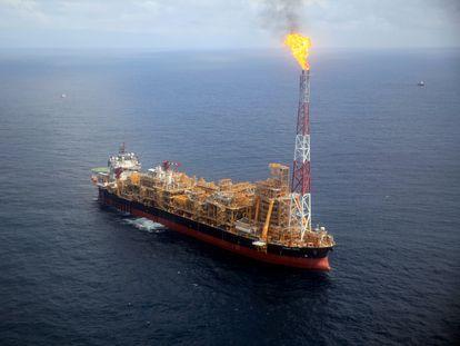 Plataforma petrolera flotante de Kaombo norte, cercana a la costa de Angola, vista desde un helicóptero.